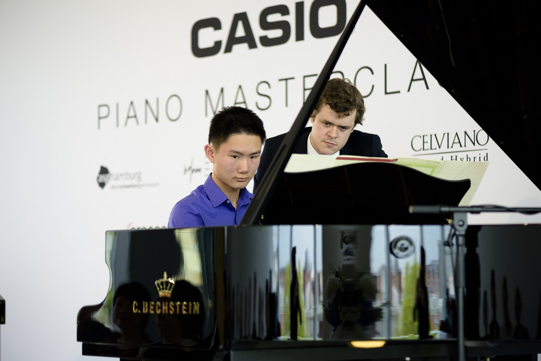Congyi-15-und-Benjamin-Grosvenor-bei-der-CASIO-Masterclass-in-Berlin_Credit_Valentin-Behringer_web